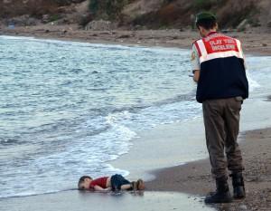 Le jeune Aylan Kurdi, 3 ans, originaire de Syrie, mort en tentant de rejoindre la Grèce depuis la Turquie. (AP Photo/DHA, File)